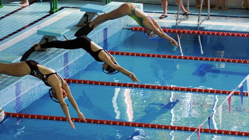 El campeonato auton mico de nataci n con aletas y for Aletas natacion piscina